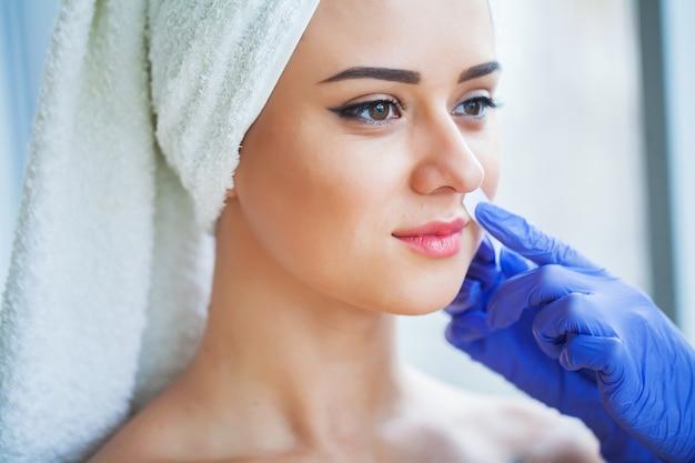 Cera de remoção de pêlos. remoção do cabelo do açúcar do corpo da mulher. wax epilation spa procedimento. procedimento esteticista feminino. bigode Foto Premium