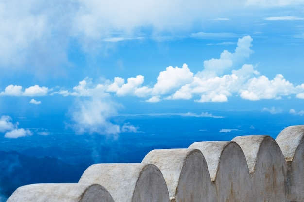 Cerca branca contra céu nublado Foto Premium