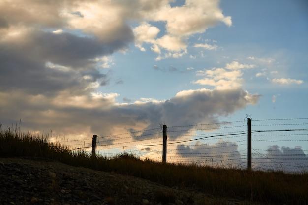 Cerca de arame farpado na fronteira com a mongólia Foto Premium