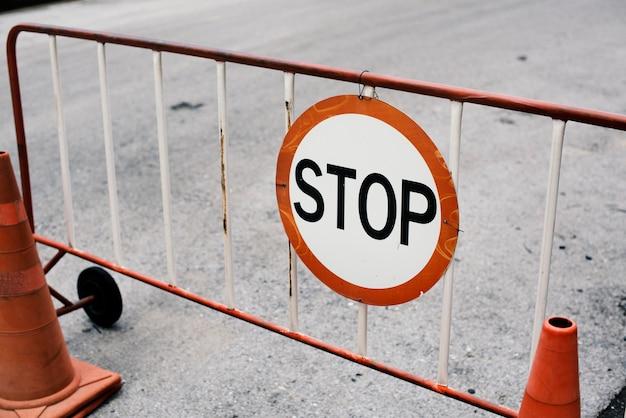 Cerca de barreira de aço móvel com sinal de stop Foto gratuita