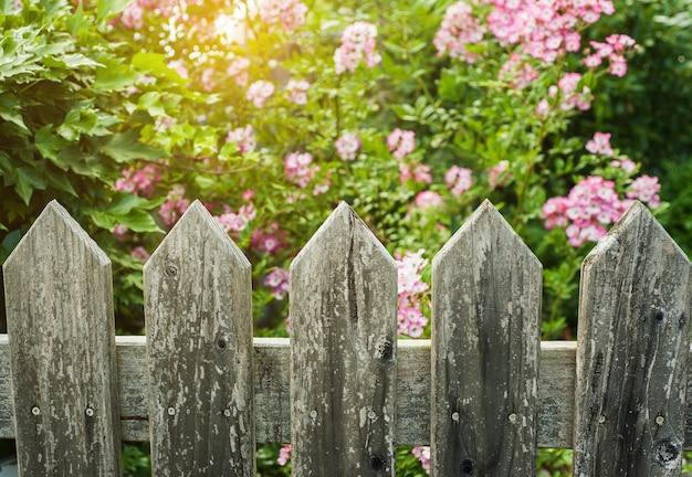 Cerca de madeira de estilo condado Foto Premium