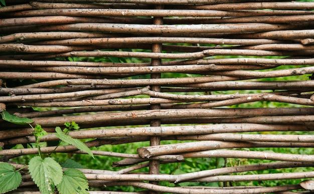 Cerca de vime de ramos de salgueiro. cerca rústica Foto Premium