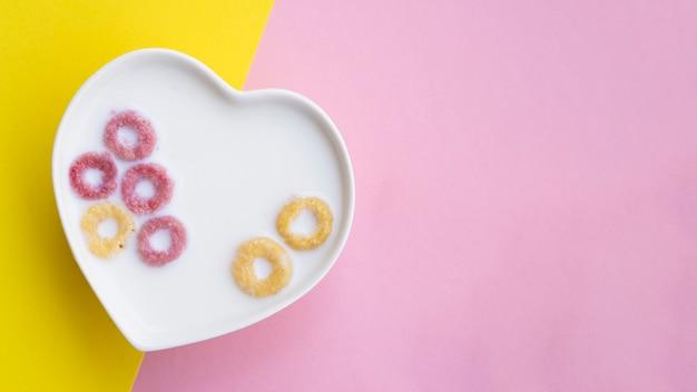 Cereais e leite em uma tigela em forma de coração Foto gratuita