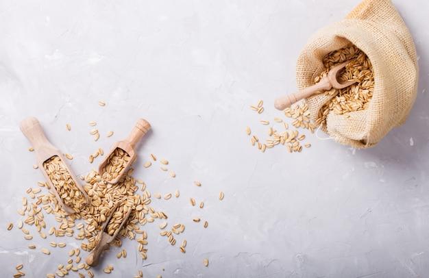 Cereais integrais no saco. à luz. Foto Premium