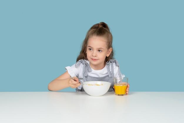 Cereal e suco favorito Foto Premium