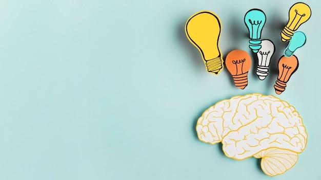 Cérebro de papel com coleção de lâmpada Foto Premium