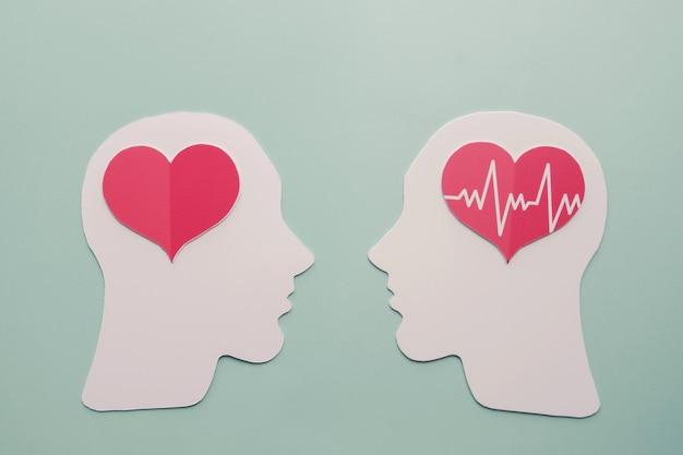 Cérebro e coração de papel, dia mundial do coração Foto Premium