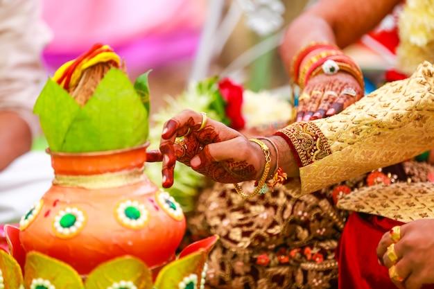 Cerimônia de casamento indiano tradicional: coco em coper kalash decorativo Foto Premium
