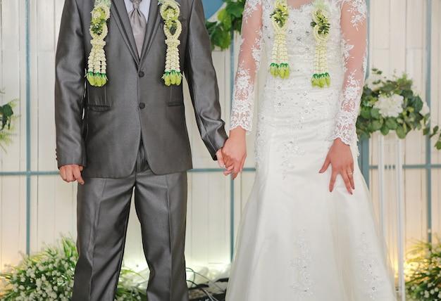 Cerimônia de casamento tailandês. noivo da noiva em conjunto noivo. Foto Premium