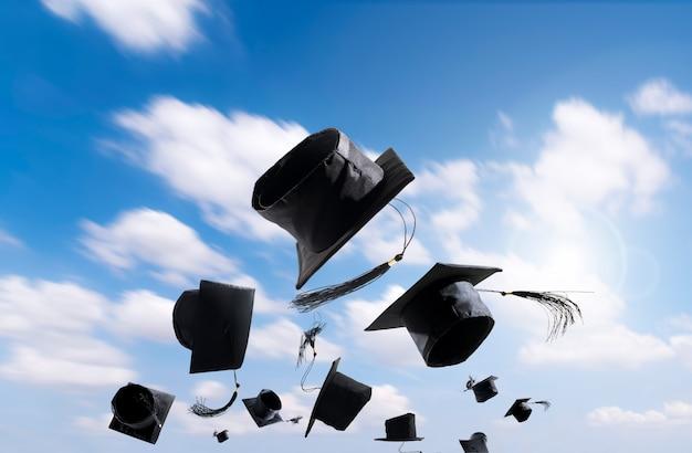 Cerimônia de graduação, bonés de formatura, chapéu jogado no ar com bluesky abstract. Foto Premium