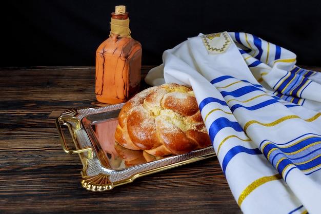 Cerimônia de kiddush judaica de boas-vindas ao shabat de sábado ou celebração de feriado judaico Foto Premium