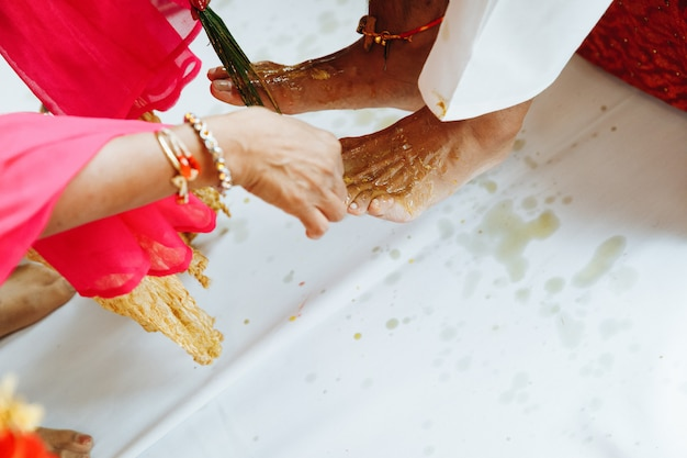 Cerimônia de perna de casamento noivo indiano com especiarias Foto gratuita
