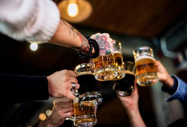 Cerveja artesanal bebida cerveja bebida alcoólica celebrar refresco Foto Premium