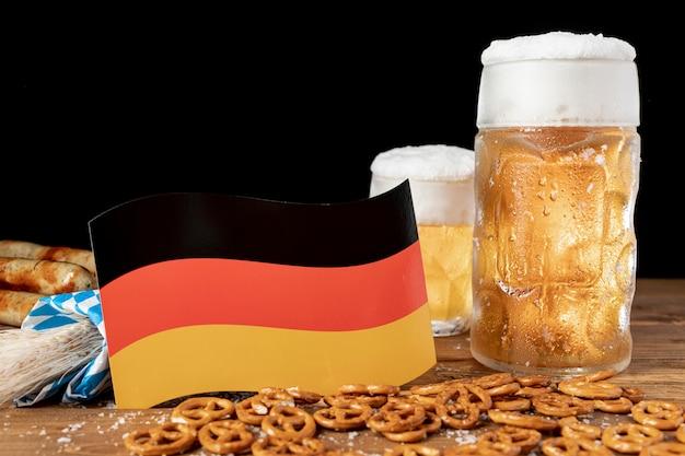 Cerveja bávara de close-up com bandeira alemã Foto gratuita