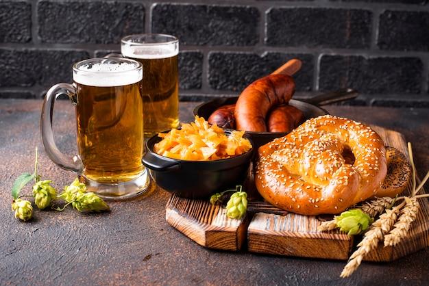 Cerveja, biscoitos e comida da baviera Foto Premium