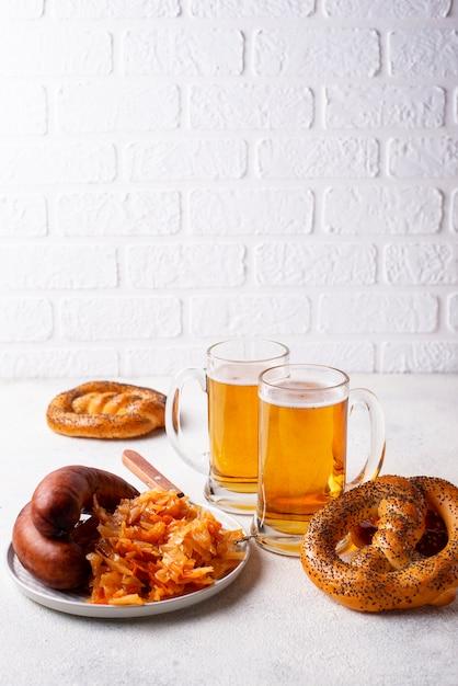 Cerveja, biscoitos, salsichas e chucrute cozido Foto Premium