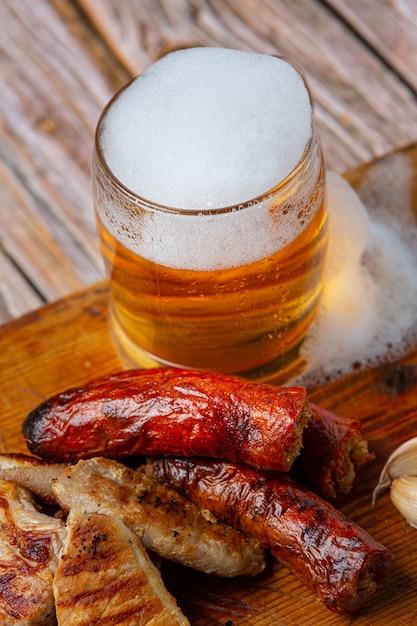 Cerveja com aperitivos crocantes de peixe, dia mundial da cerveja. Foto gratuita