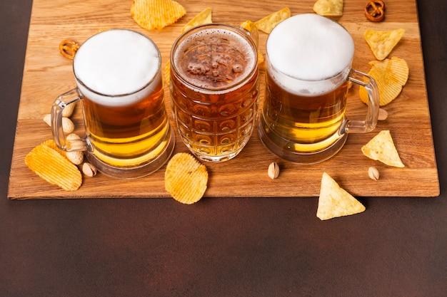 Cerveja de close-up com lanches Foto gratuita