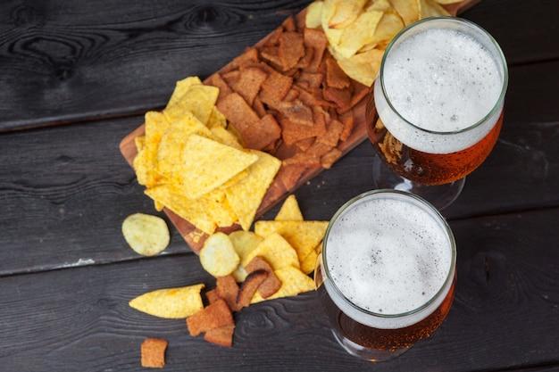 Cerveja de vidro e petiscos Foto Premium