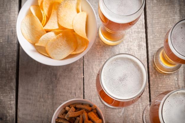 Cerveja de vidro sobre madeira Foto Premium