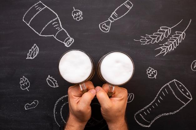 Cerveja de vista superior com fundo de quadro de giz Foto gratuita