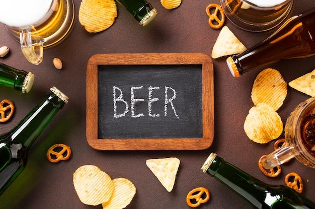 Cerveja de vista superior com lousa Foto gratuita