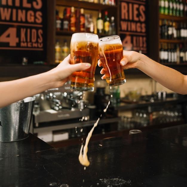 Cerveja derramando Foto gratuita