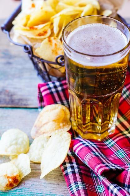 Cerveja e batatas fritas Foto Premium