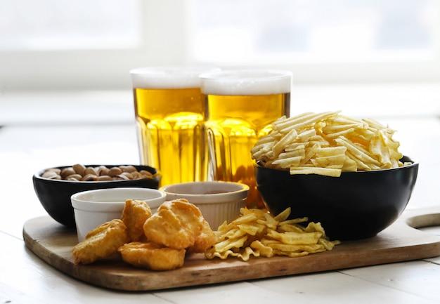Cerveja e lanches Foto gratuita