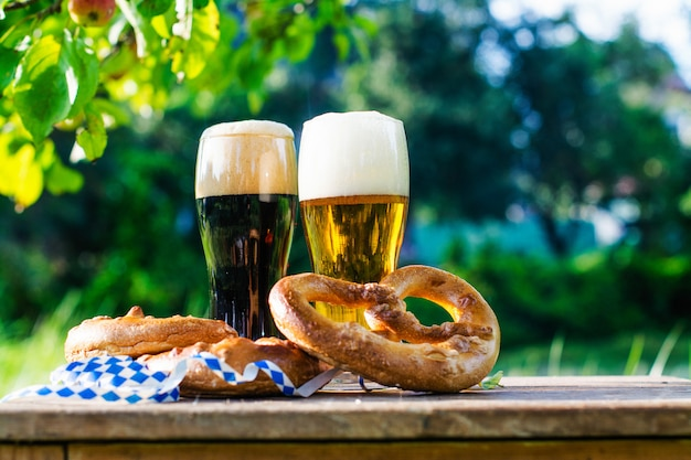 Cerveja e pretzels, festa da oktoberfest Foto Premium