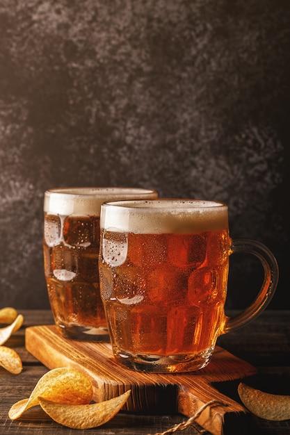 Cerveja gelada em garrafinhas de vidro em tábua Foto Premium