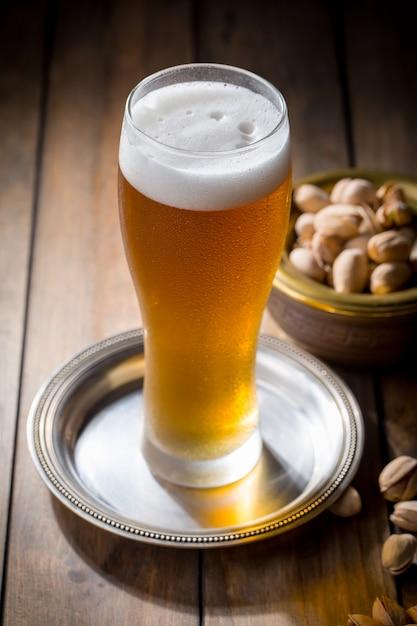 Cerveja light em um copo na mesa Foto Premium