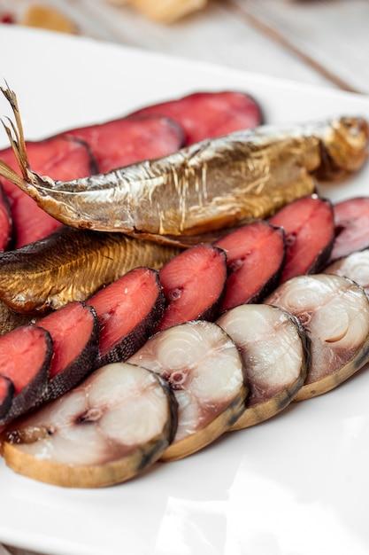Cerveja mix lanche chum salmão salmão rosa cavala Foto Premium