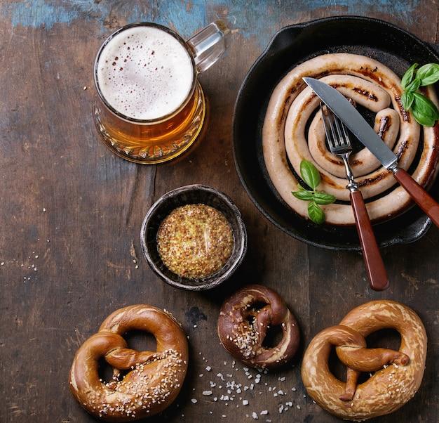 Cerveja pilsen com linguiça e pretzels Foto Premium