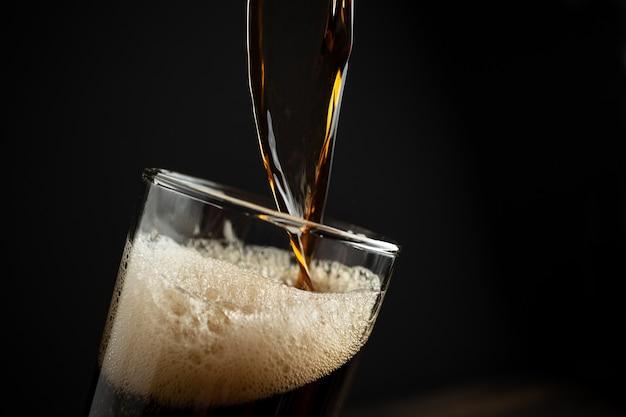 Cerveja preta em madeira. Foto gratuita
