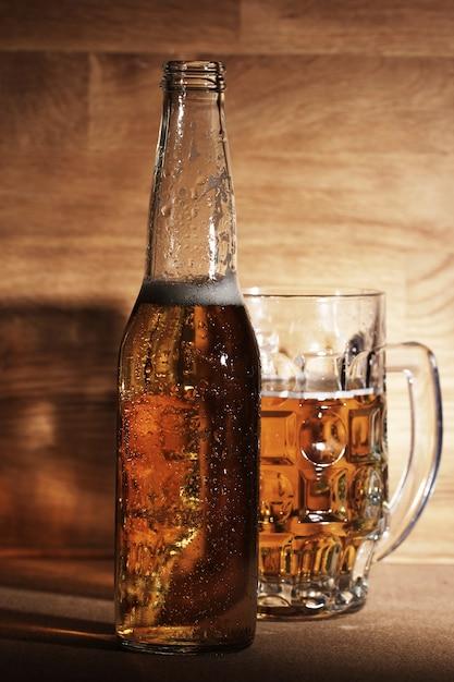 Cerveja sobre a superfície de madeira Foto gratuita