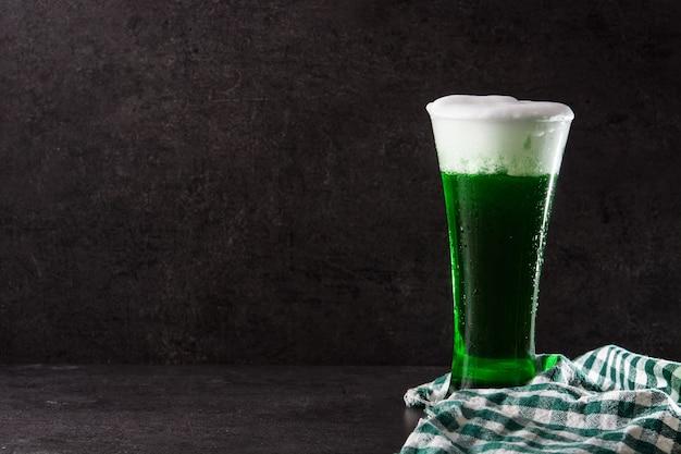 Cerveja tradicional do dia de são patrício verde sobre fundo preto Foto Premium