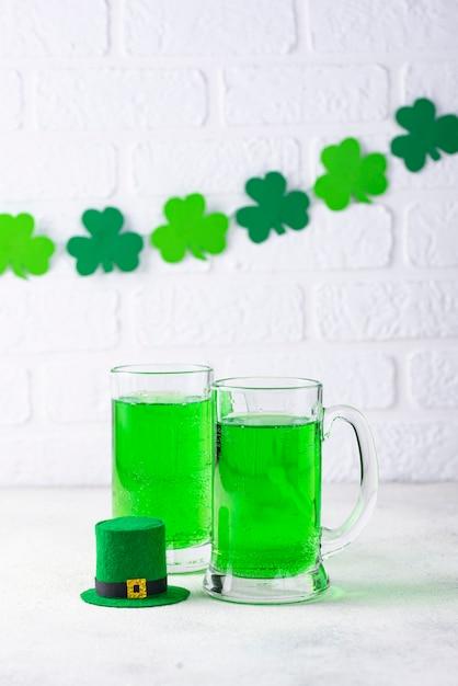 Cerveja verde do dia de são patrício Foto Premium