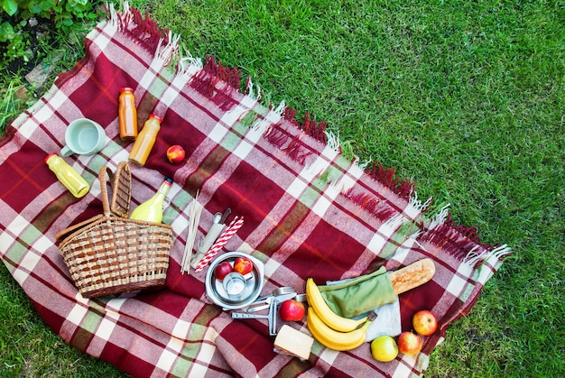 Cesta ambiente comida fruta xadrez quadrado picnic grass Foto Premium