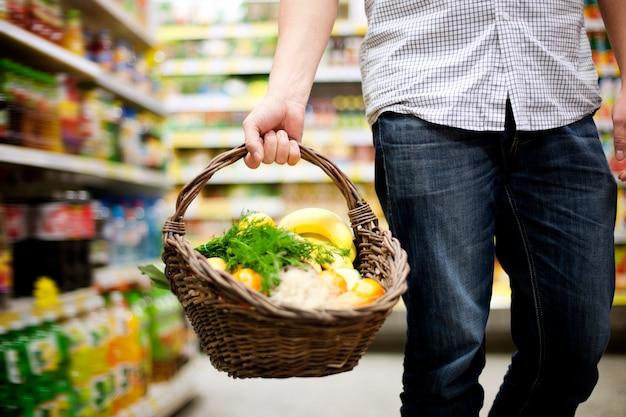 Cesta cheia de comida saudável Foto gratuita