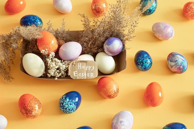 Cesta com ovos da páscoa em um fundo isolado colorido. Foto gratuita