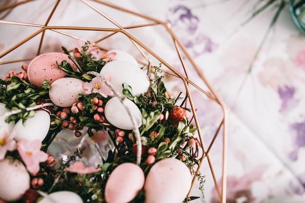 Cesta com ovos e grama Foto Premium