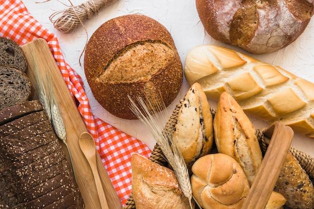 Cesta com pães perto de pães Foto gratuita
