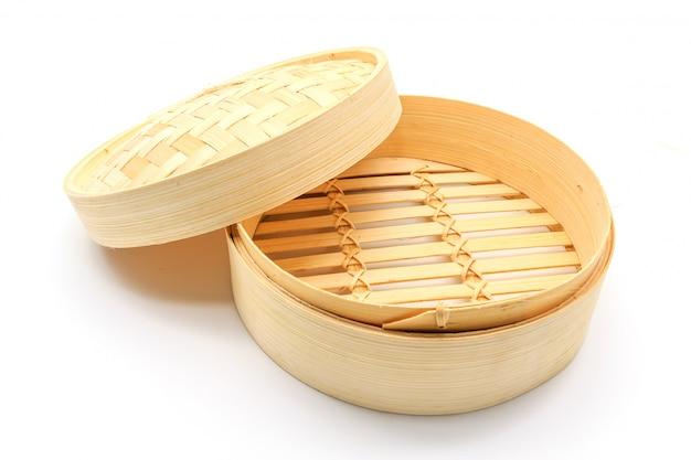 Cesta de bambu para cozinhar isolado em um fundo branco Foto Premium