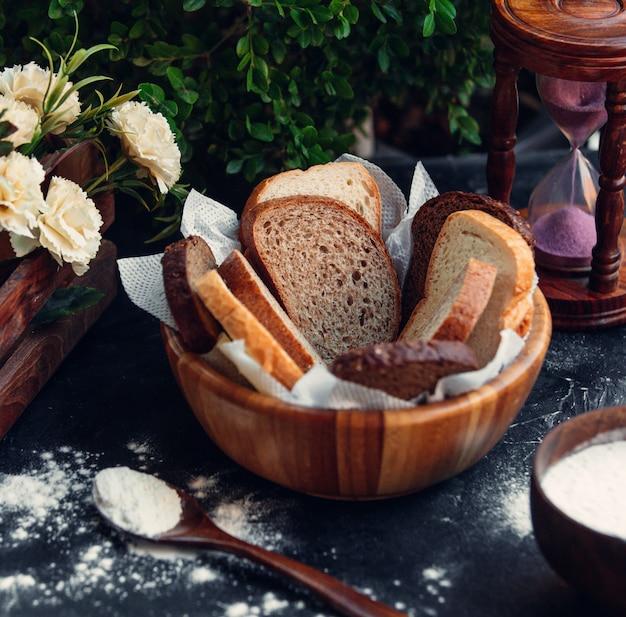 Cesta de pão fatiado Foto gratuita