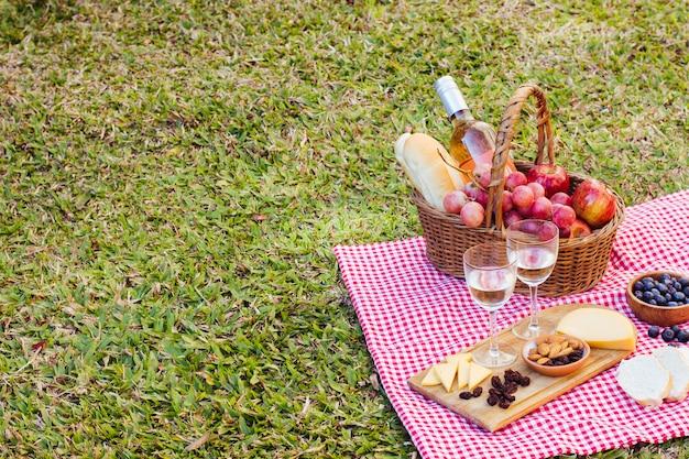 Cesta de piquenique no pano de cozinha com espaço de cópia Foto gratuita