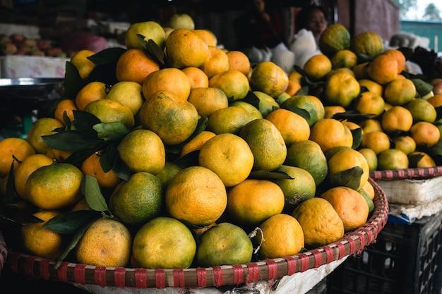 Cesta de tangerinas suculentas Foto gratuita