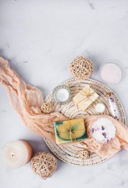 Cesta de tratamento de spa de vista superior com produtos cosméticos Foto gratuita