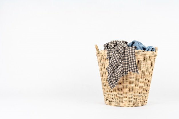 Cesta de vime de roupas isolado no branco Foto Premium