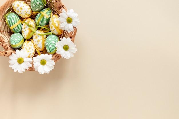 Cesta de vista superior com ovos de páscoa Foto gratuita